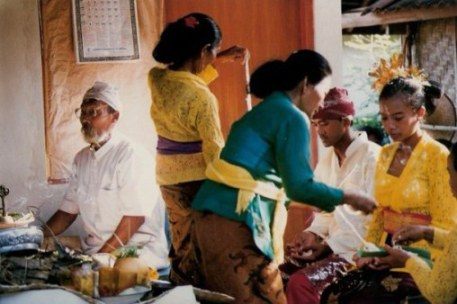 Bali village wedding rice sprinkling village wedding