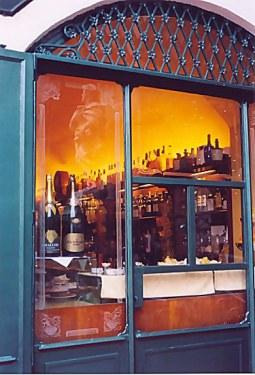 Bergamo Alta Saint in the wine bar window