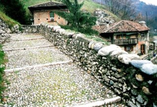 Brembilla Valley rock pathway