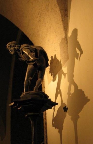 Creeping statue Munich