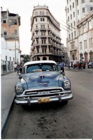 Havana-classic-car-at road junction