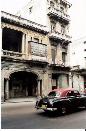 Havana-classic-car-in-better-condition-than-the-building