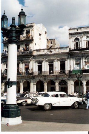 Havana-classic-car-in-front-of-arcades