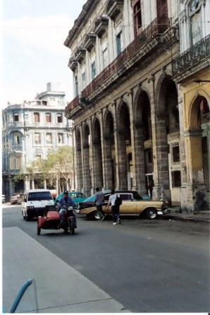 Havana-classic-cars-in-front-of-colonnades