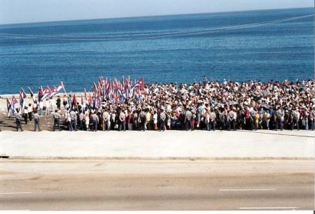 Havana-demonstration-on-Malecón flag-bearers