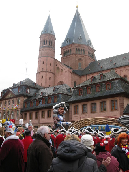Mainz Carnival Sunday crowd by the Dom