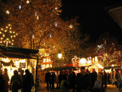 Munich Christmas Market crowds in Rindermarkt Square