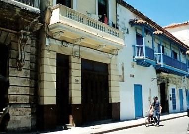Restoration and no restoration side by side in Havana