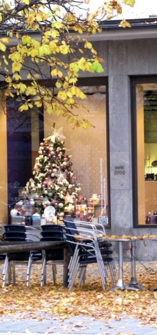 Shop window Christmas tree Munich