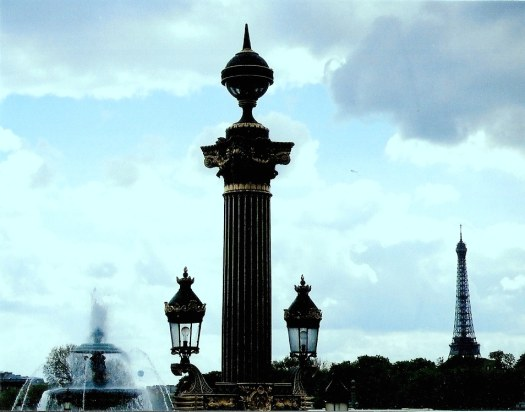 Silhouettes of Paris landmarks at disk