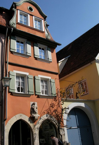 Rothenburg ob der Tauber house with cat archway